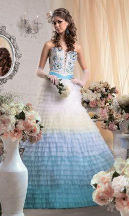 Открытое свадебное платье с пышным силуэтом и цветной отделкой юбки и корсета.