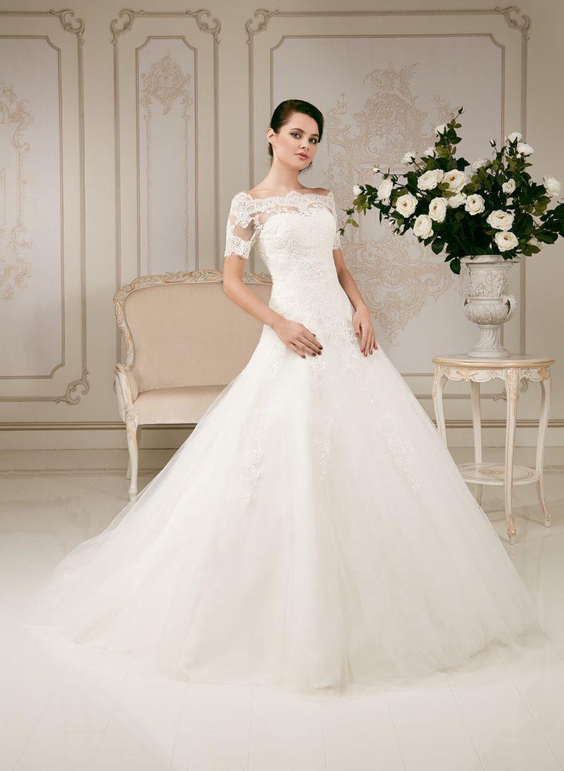 Свадебное платье силуэта «принцесса» с заниженной линией талии и портретным декольте.