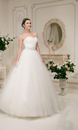 Пышное свадебное платье с широким поясом и лифом в форме сердца.