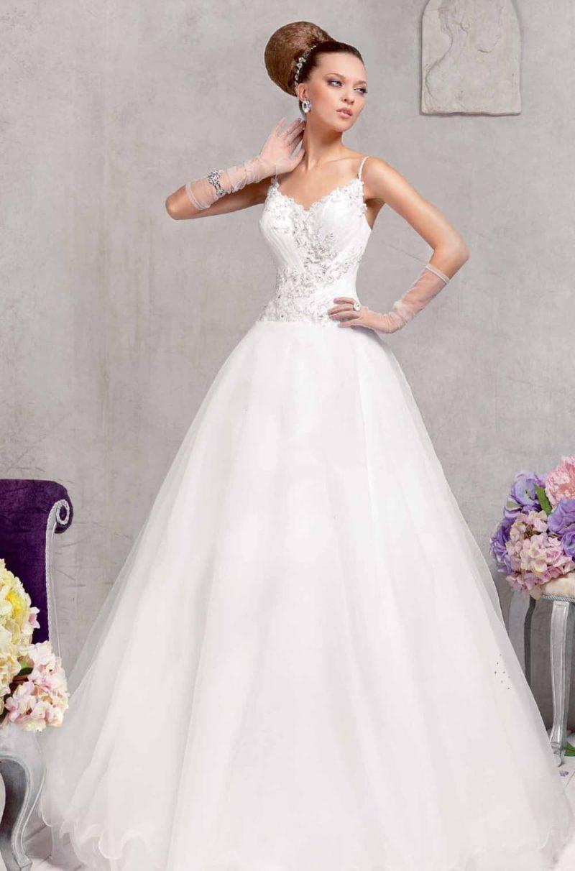 Пышное свадебное платье с фактурной отделкой корсета с бретелями-спагетти.