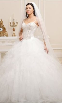 Пышное свадебное платье, расшитое по корсету стразами и бисером.