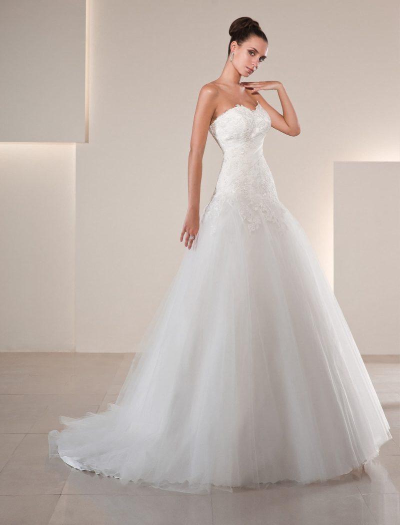 Свадебное платье силуэта «принцесса» с открытым лифом в форме сердца, украшенным кружевом.
