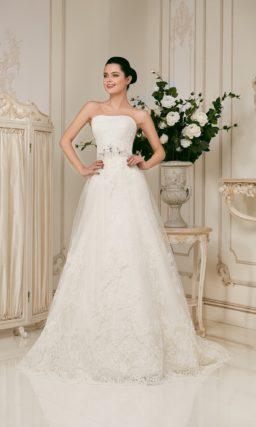 Открытое свадебное платье силуэта «принцесса» с кружевной отделкой.