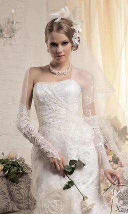 Кружевное свадебное платье силуэта «рыбка» с полупрозрачными крупными бутонами на юбке.