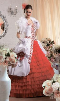 Пышное свадебное платье с алыми оборками на юбке и такой же вышивкой на лифе.