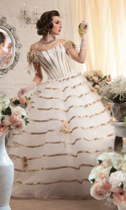 Пышное свадебное платье с цветной отделкой из глянцевой атласной тесьмы.