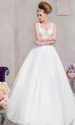 Свадебное платье силуэта «принцесса» с многослойной юбкой и лифом, расшитым бисером.