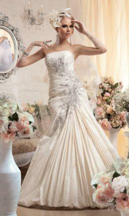 Атласное свадебное платье силуэта «рыбка» с драпировками и сверкающей вышивкой по корсету.