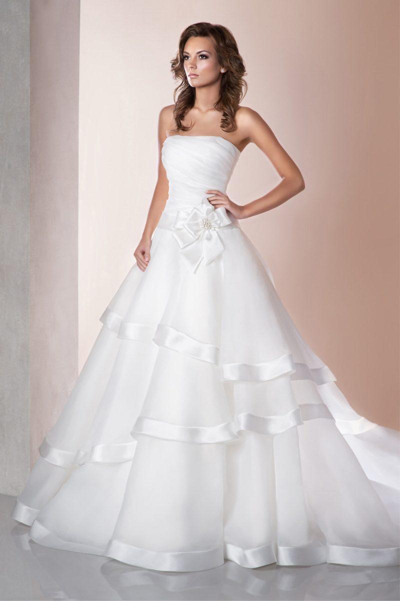 Стильное свадебное платье «принцесса» с атласной отделкой подола со шлейфом.