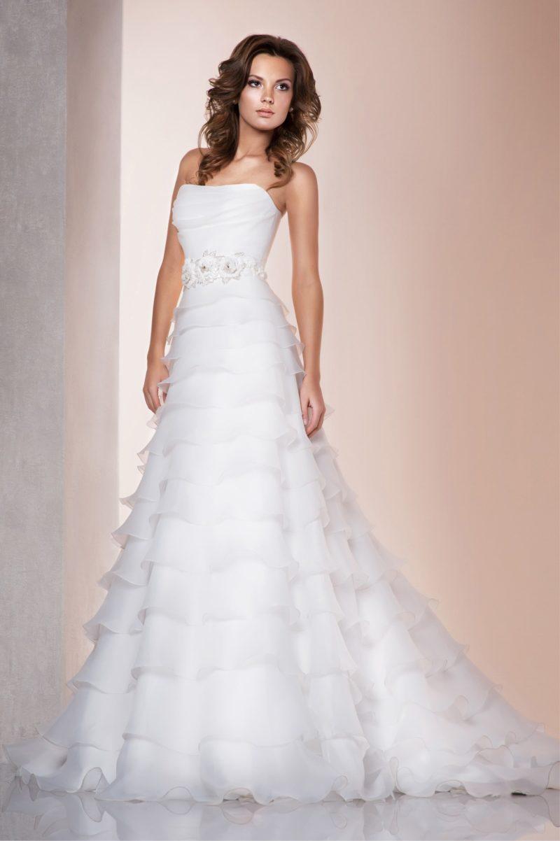 Прямое свадебное платье с женственным декором из полупрозрачных оборок по всей длине.