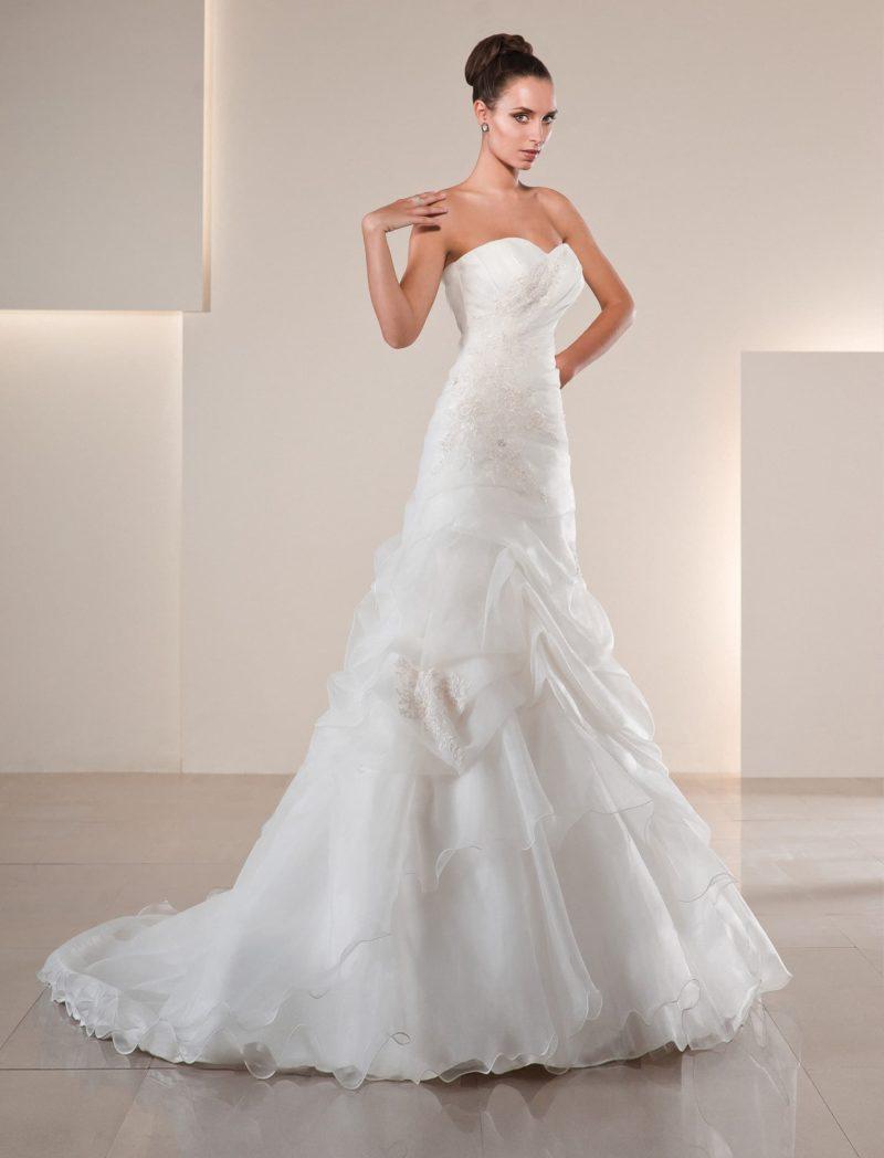 Свадебное платье с романтичным лифом и юбкой силуэта «рыбка» с полупрозрачными оборками.