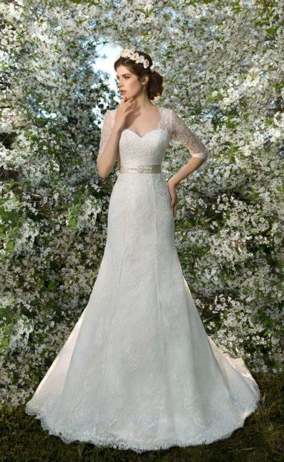 Свадебное платье с прямым силуэтом, цветным атласным поясом и кружевными рукавами.