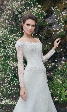 Свадебное платье с открытым портретным декольте, ажурными рукавами и юбкой «рыбка».