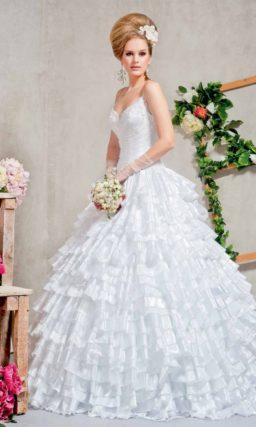 Пышное свадебное платье с юбкой, полностью покрытой волнами оборок.