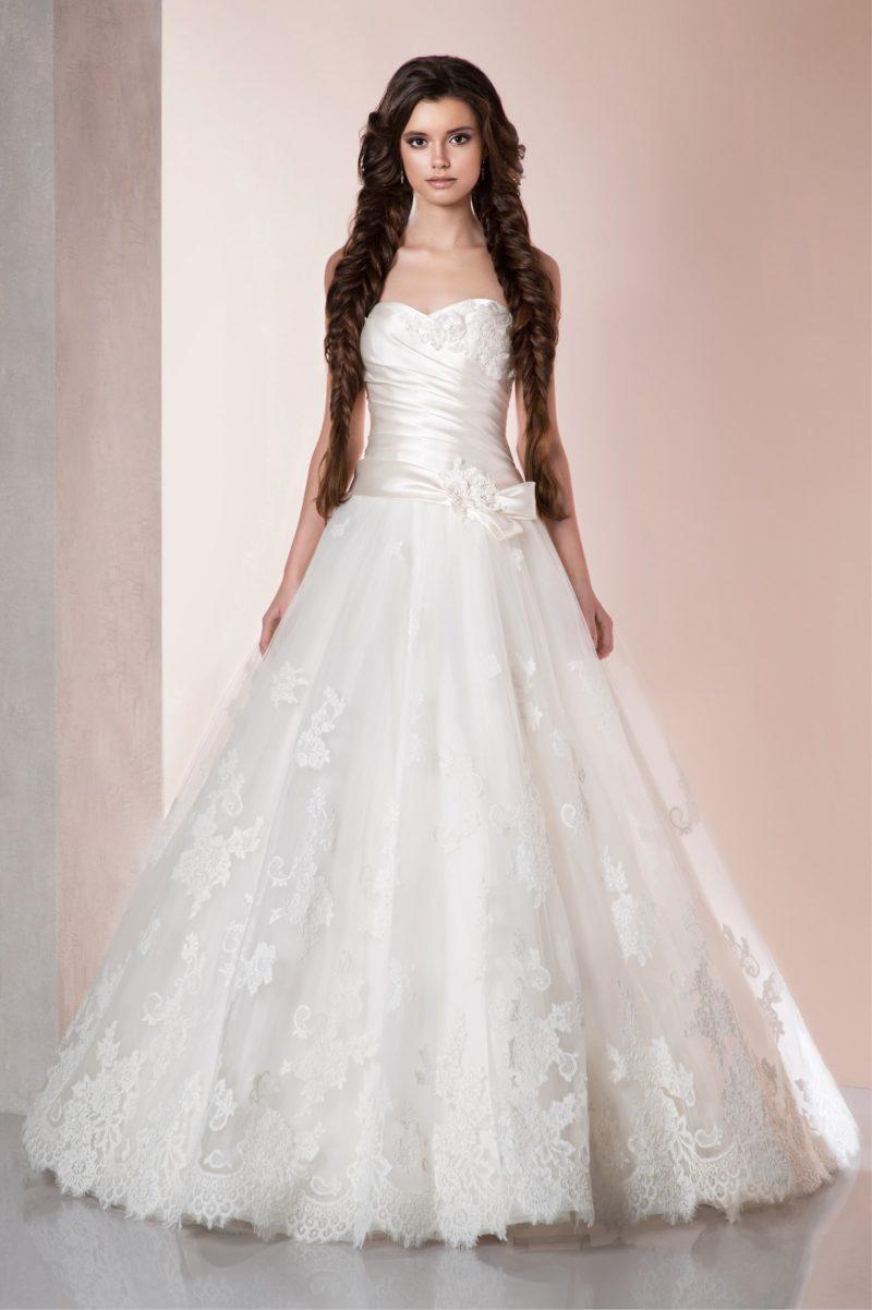 Торжественное свадебное платье силуэта «принцесса» с кружевной юбкой и атласным лифом.