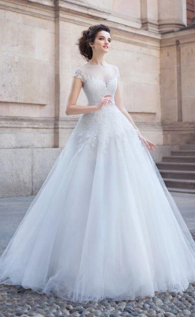 Ажурное свадебное платье силуэта «принцесса» с полупрозрачной отделкой лифа.