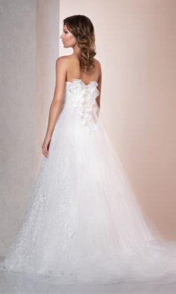 Кружевное свадебное платье А-силуэта с полупрозрачной отделкой открытого лифа.