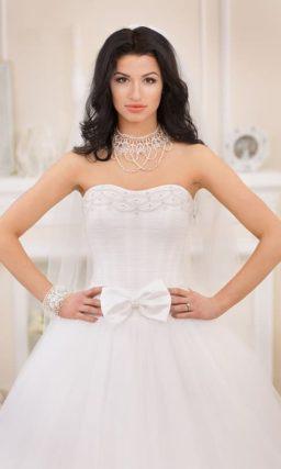 Открытое свадебное платье с многослойной юбкой и вышивкой на лифе.