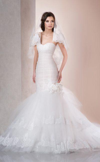 Свадебное платье с пышной многоярусной юбкой силуэта «рыбка» с декором из кружева.