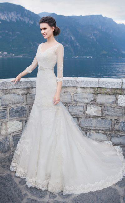 Свадебное платье с прозрачными рукавами в три четверти и юбкой «рыбка» со шлейфом.