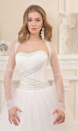 Пышное свадебное платье с классическим открытым корсетом.
