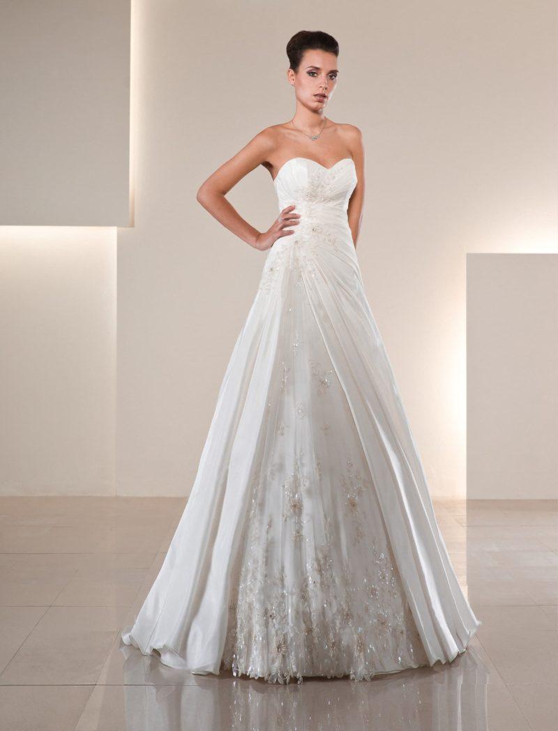 Открытое свадебное платье «принцесса» с глянцевой отделкой юбки и драпировками.