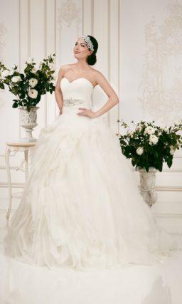 Открытое свадебное платье силуэта «принцесса» с оборками по всему подолу.