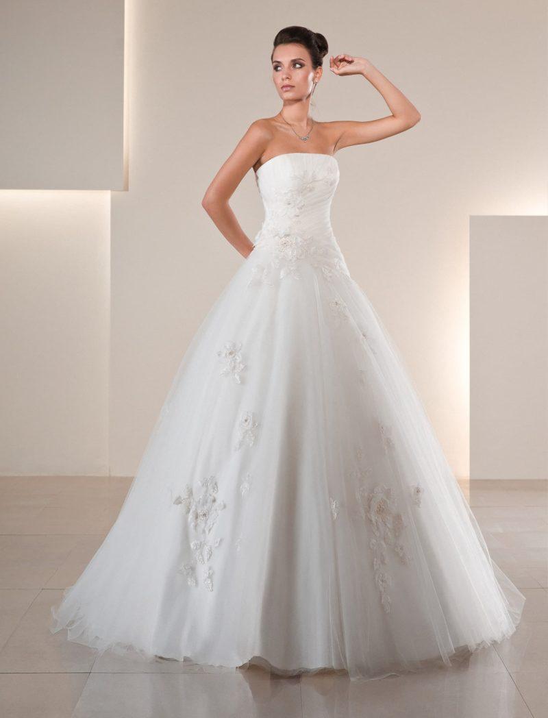 Романтичное свадебное платье А-силуэта с цветочным декором и прямым кроем лифа.