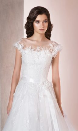 Свадебное платье «принцесса» с нежной кружевной отделкой лифа и поясом на талии.