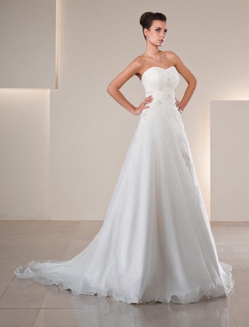 Деликатное свадебное платье А-силуэта с длинным шлейфом и лифом в форме сердца.