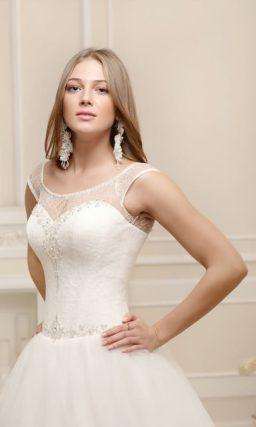 Закрытое свадебное платье пышного силуэта с бисером на лифе и по линии талии.