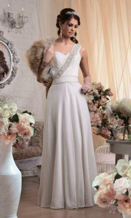 Прямое свадебное платье с открытым лифом в форме сердца и широкой бретелью, покрытой бисером.