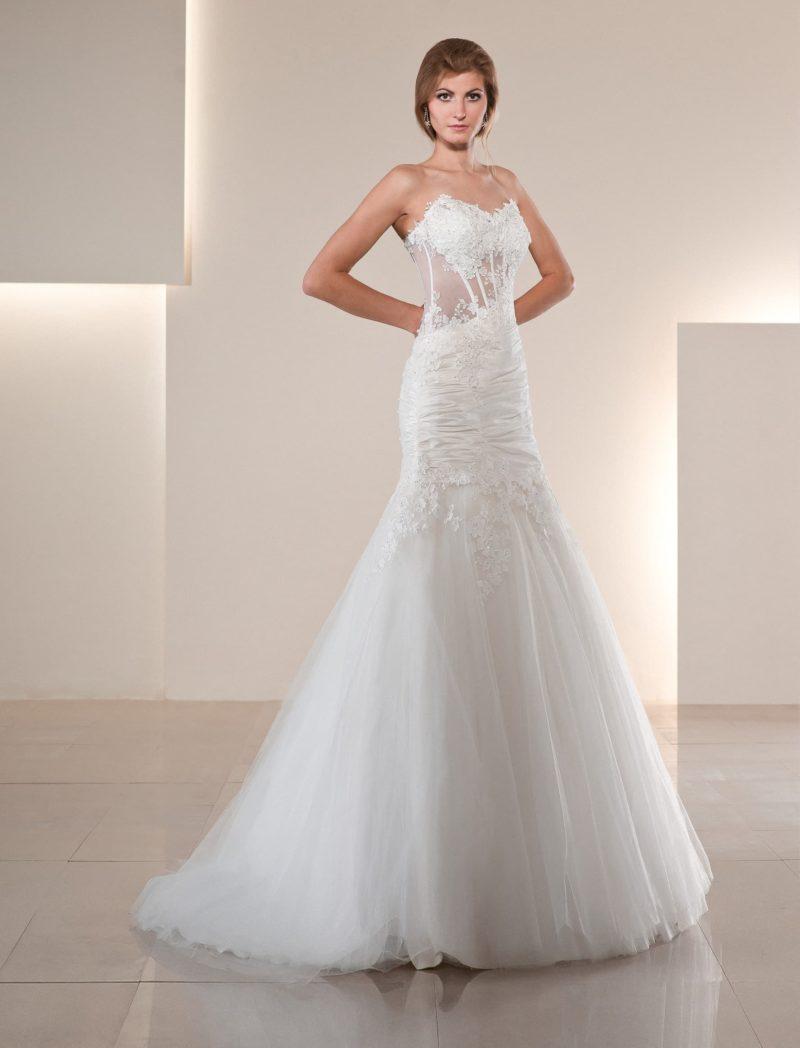 Облегающее свадебное платье силуэта «рыбка» с кружевным полупрозрачным корсетом.