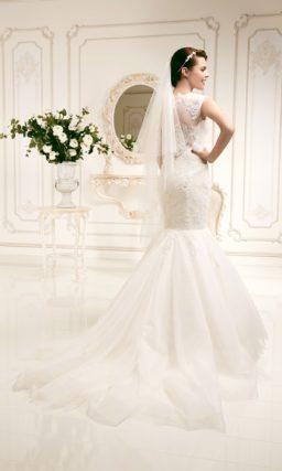 Кружевное свадебное платье силуэта «рыбка» с широкими ажурными бретелями.