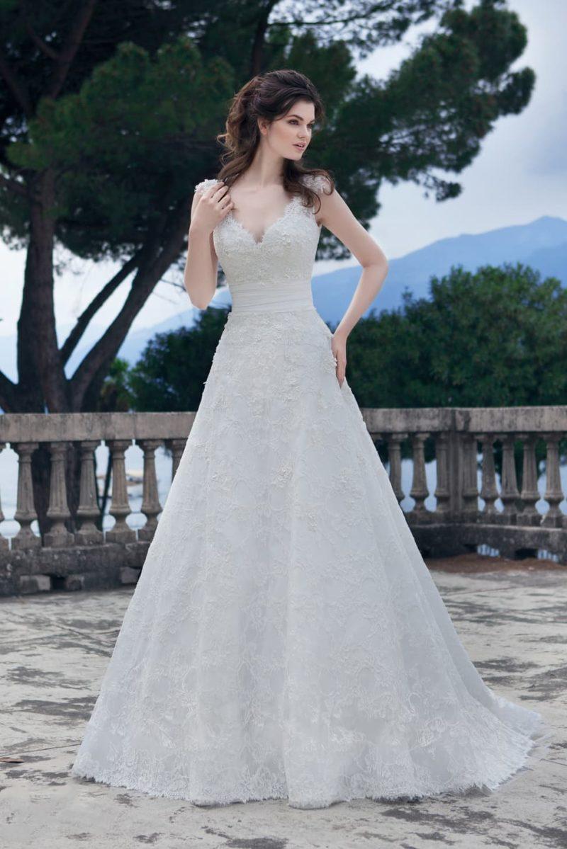 Ажурное свадебное платье А-силуэта с изящным шлейфом и небольшим V-образным декольте.