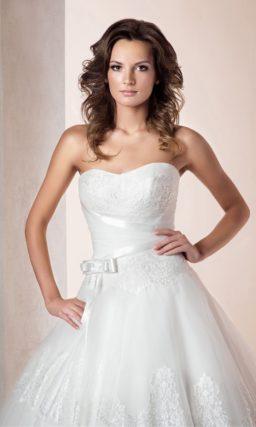 Открытое свадебное платье силуэта «принцесса» с лаконичным кружевом по подолу со шлейфом.