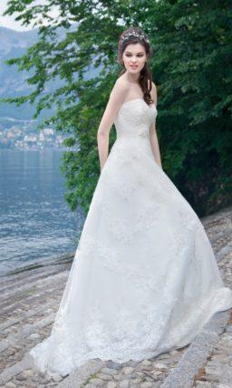 Лаконичное свадебное платье «принцесса» с открытым лифом в форме сердца.