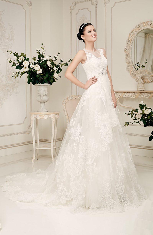 Кружевное свадебное платье силуэта «принцесса» с полупрозрачной вставкой над лифом.