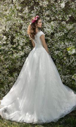 Пышное свадебное платье с романтичным кружевным декором и V-образным вырезом.