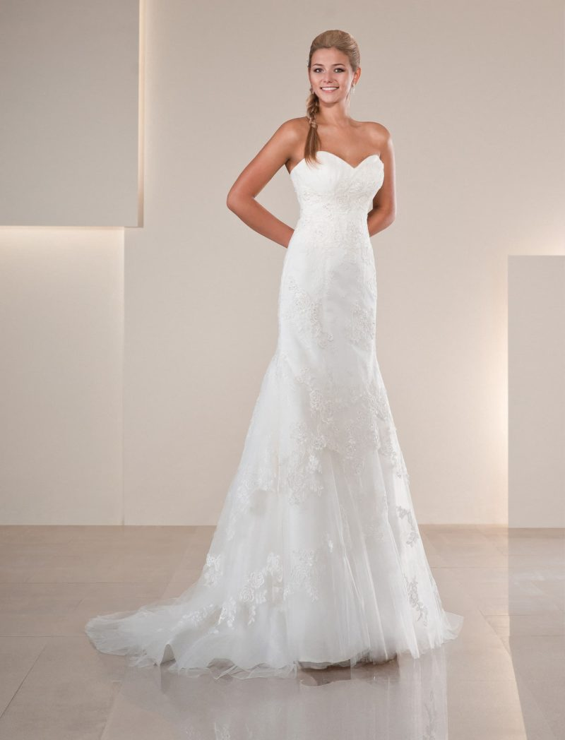 Прямое свадебное платье с кружевной отделкой и изящным лифом в форме сердечка.