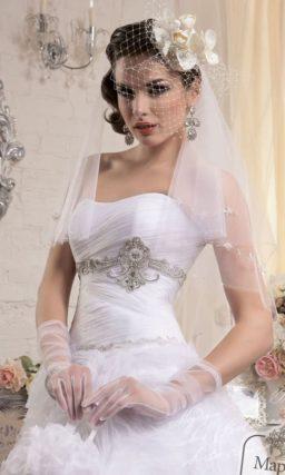 Пышное свадебное платье с крупными бутонами по подолу и бисерной вышивкой под лифом.