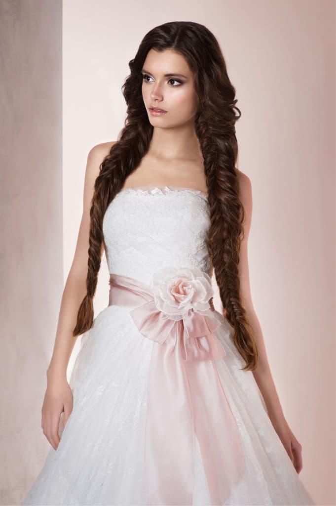 Свадебное платье с силуэтом «принцесса», открытым лифом прямого кроя и розовым поясом.