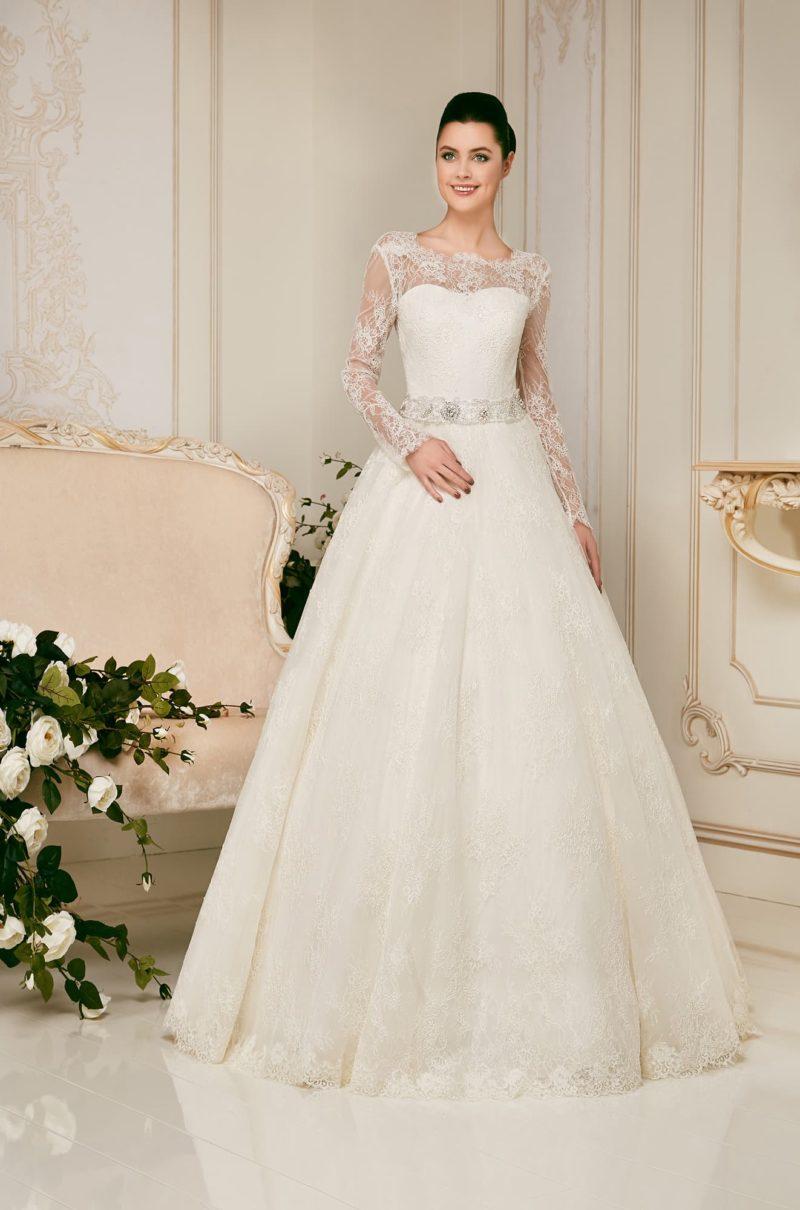 Свадебное платье силуэта «принцесса» с длинными рукавами и открытой спиной.