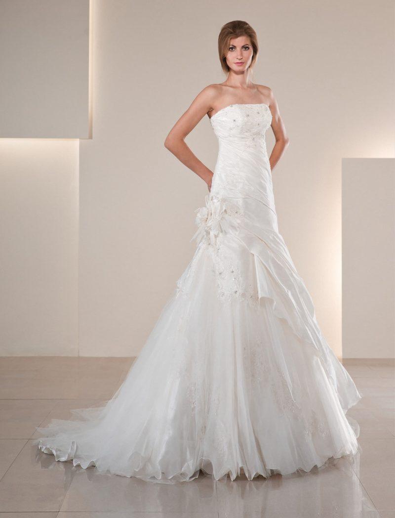 Открытое свадебное платье силуэта «рыбка» из фактурной ткани, задрапированной по корсету.