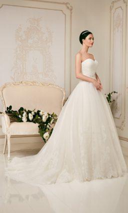 Открытое свадебное платье пышного силуэта с кружевной отделкой подола.