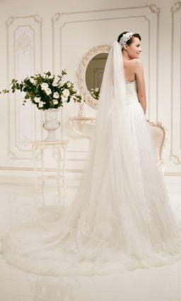 Открытое свадебное платье «принцесса» с кружевной юбкой и широким поясом.