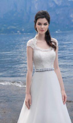 Свадебное платье силуэта «принцесса» с цветным поясом и открытой спинкой.