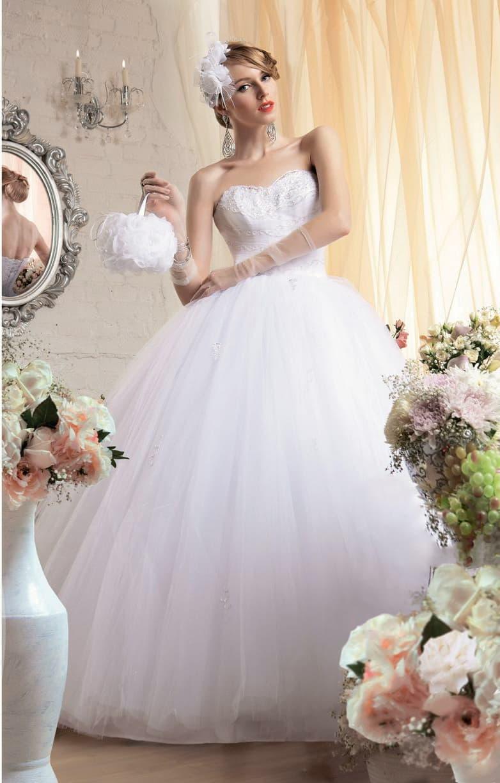 Деликатное свадебное платье с пышным силуэтом и драпировками по открытому корсету.