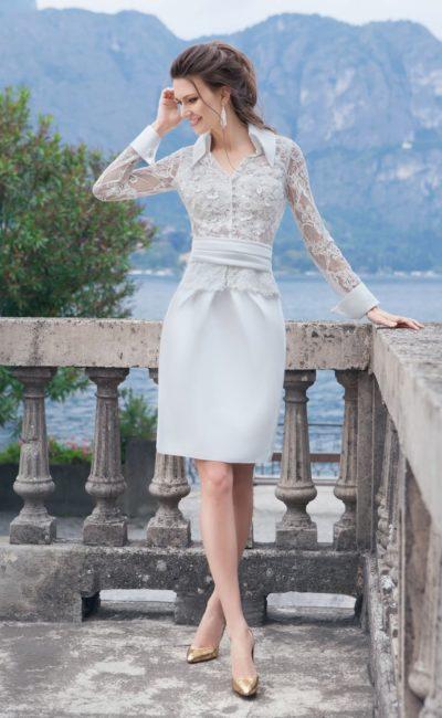 Короткое свадебное платье с верхом кроя блузы и широким поясом на талии.