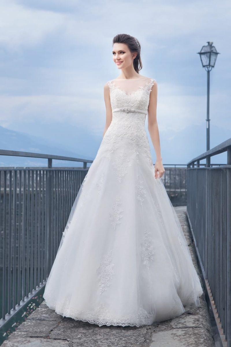 Кружевное свадебное платье А-силуэта с закрытым верхом и узким поясом.